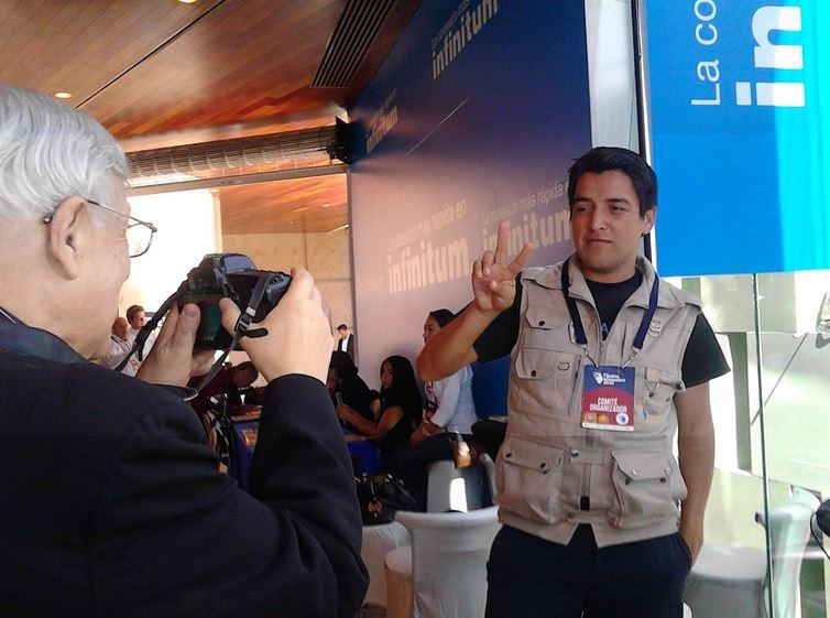 Convive y bromea José Galicot con periodistas en la Sala de Prensa