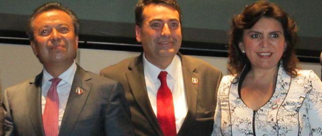 Presidente nacional del PRI, César Camacho y diputado Mendivil luciendo distintivo de GJRH