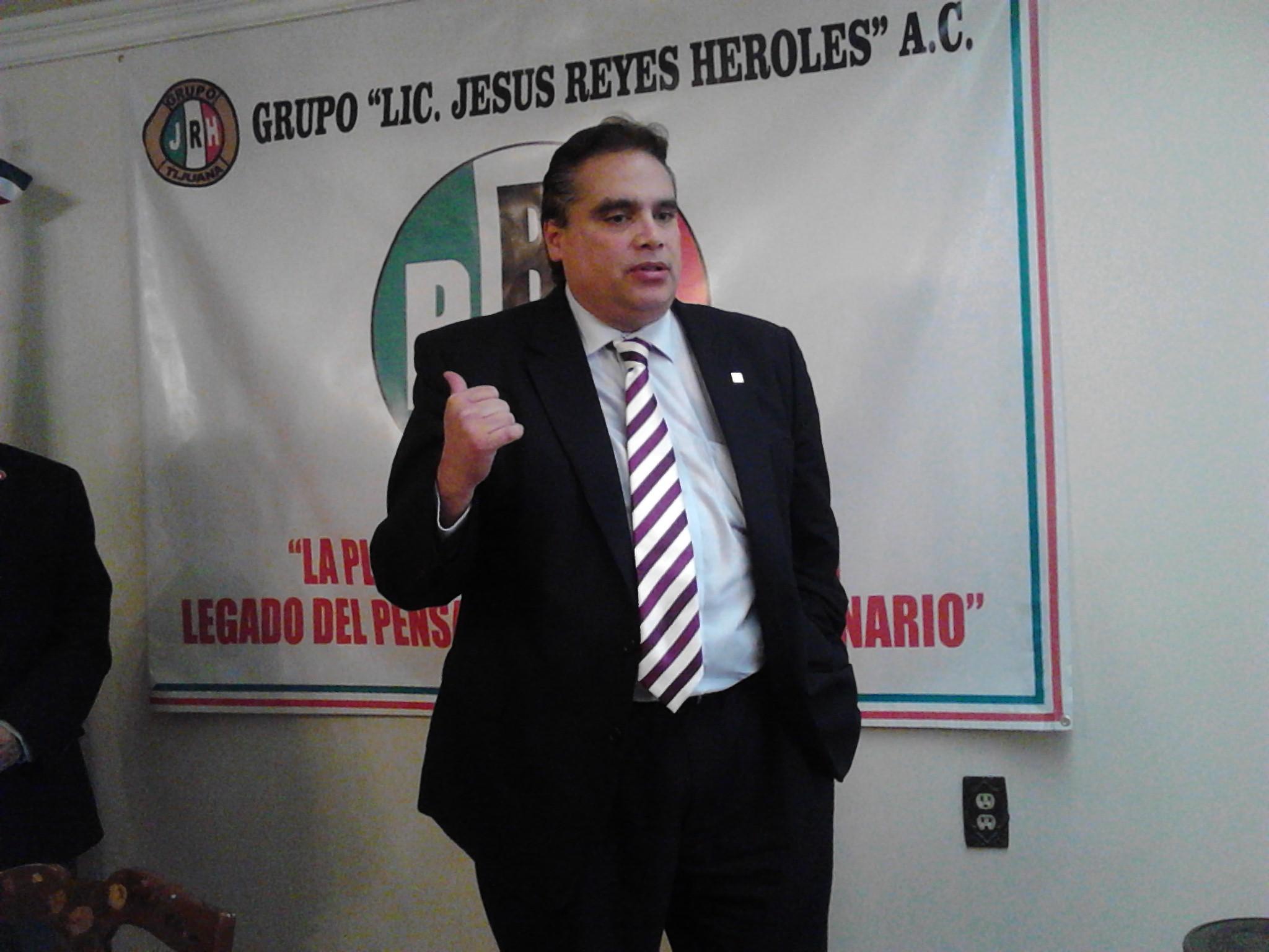 Explica Alberto Escourido  en el Grupo Reyes  Heroles lucha Ciudadana Pro Puerta México