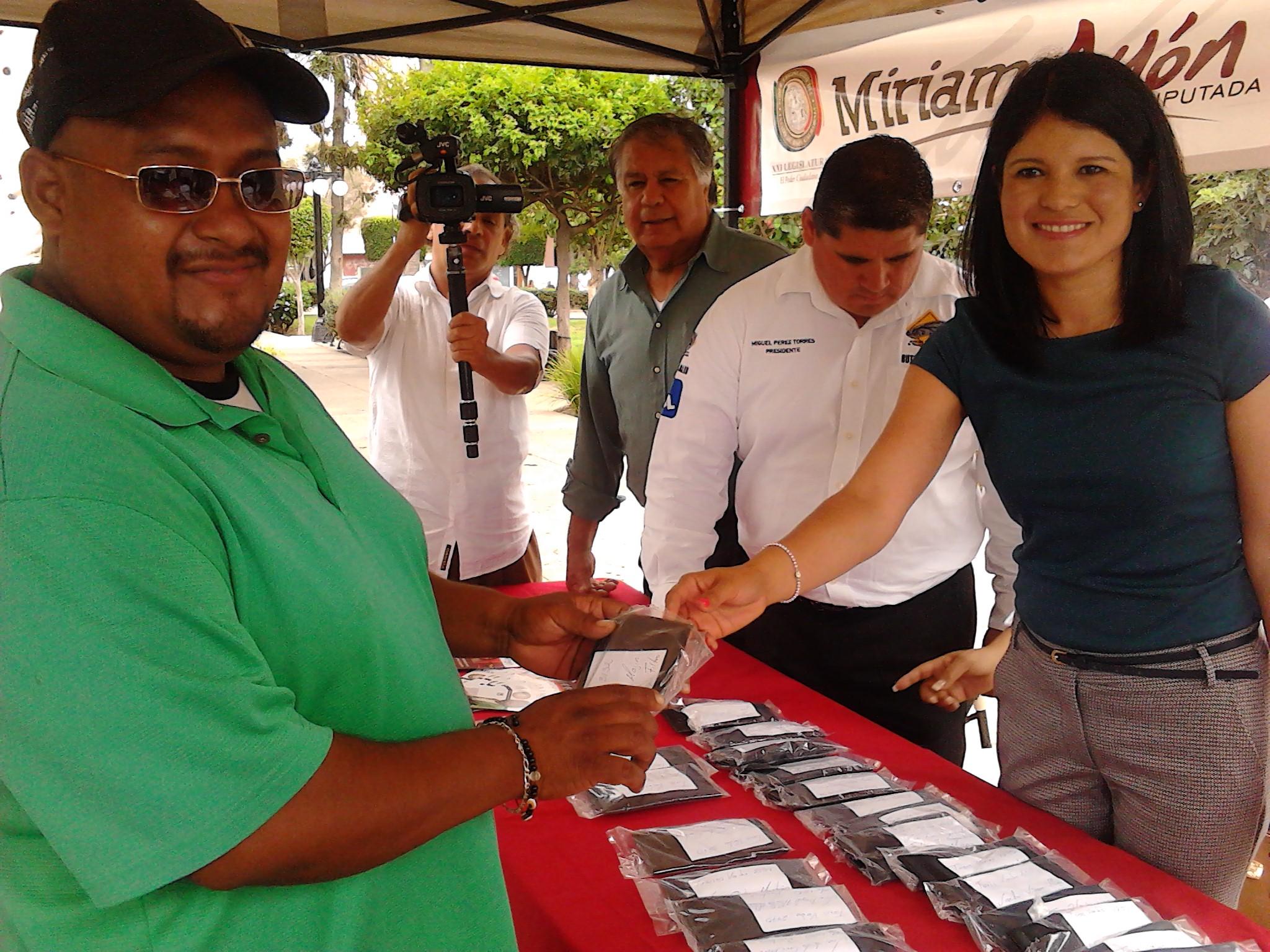 Continúa diputada Miriam Ayón  Entregando lentes a choferes