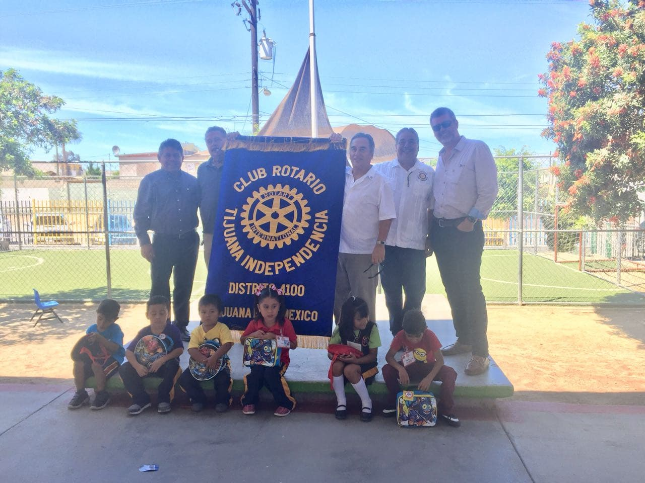Entregó  paquetes escolares Club Rotario Independencia