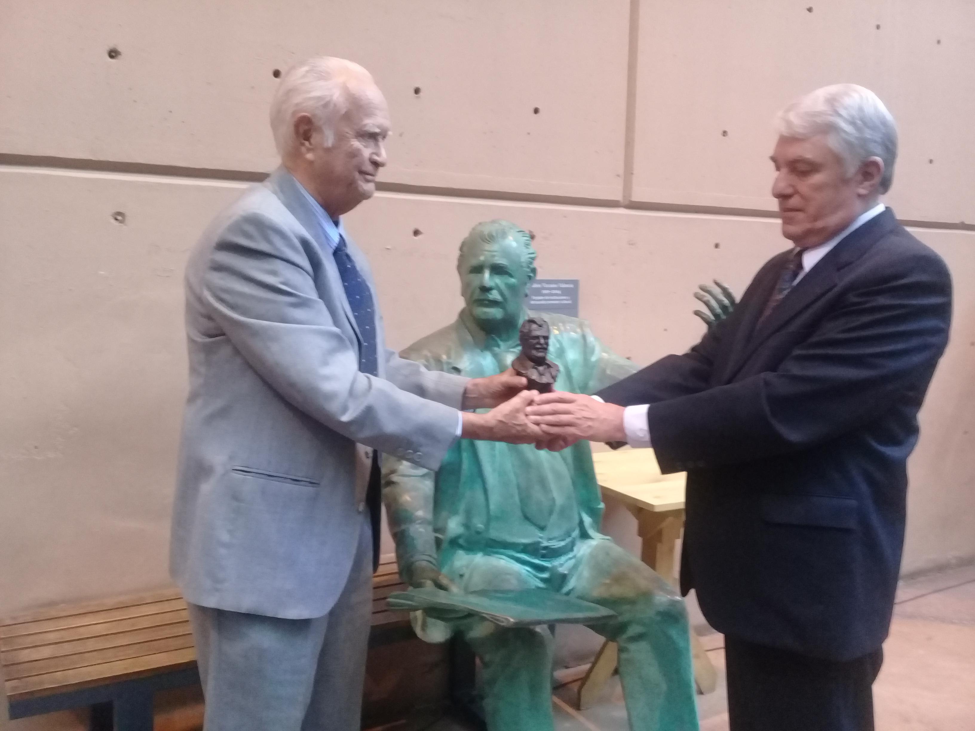 Inauguran Jornadas Vizcainas y reconocen trayectoria de Luis López Moctezuma