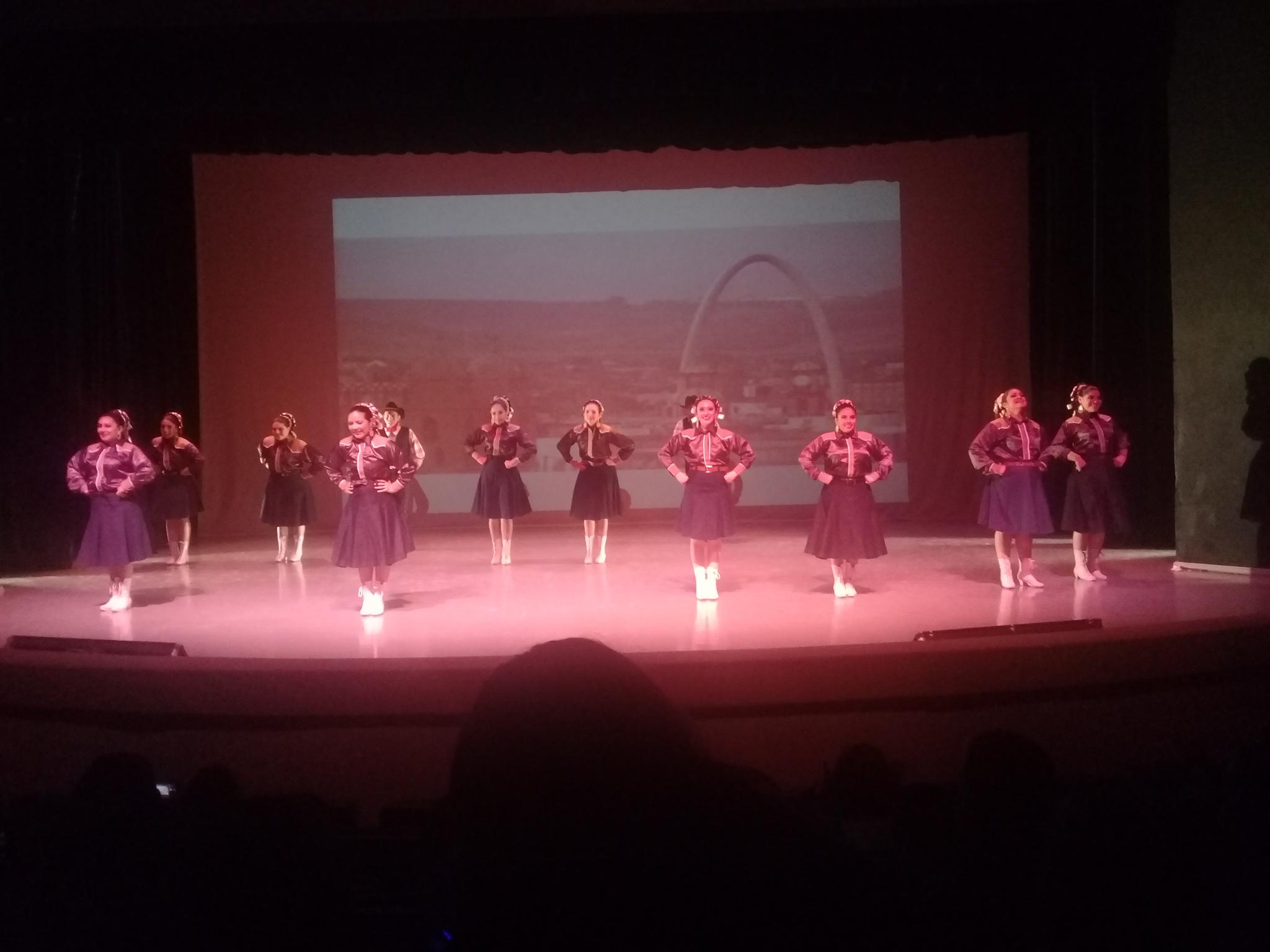 Deleitan alumnos de danza con movido Festival Folklórico