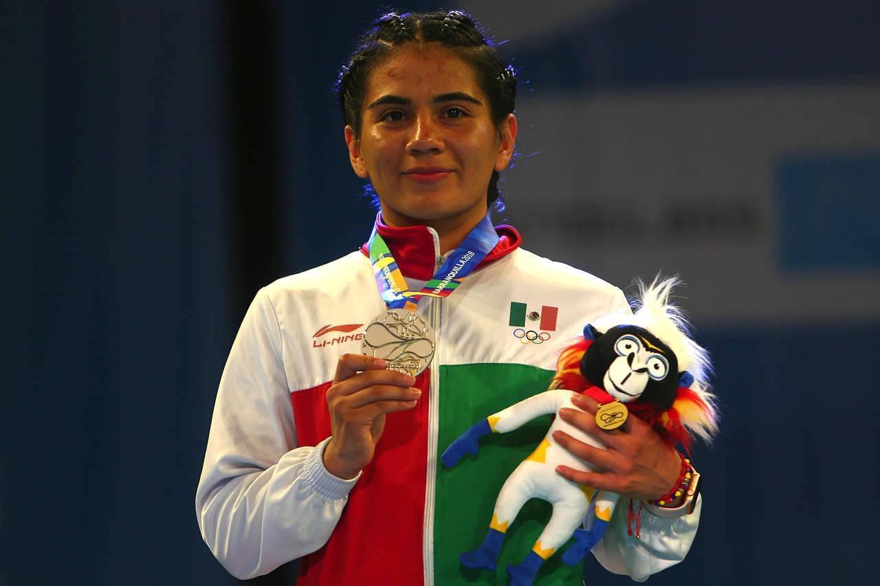 Crisna Álvarez pule su boxeo con Jackie Nava
