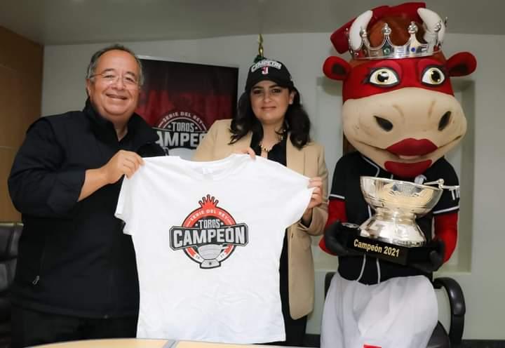 Recibe alcaldesa a Campeones Toros